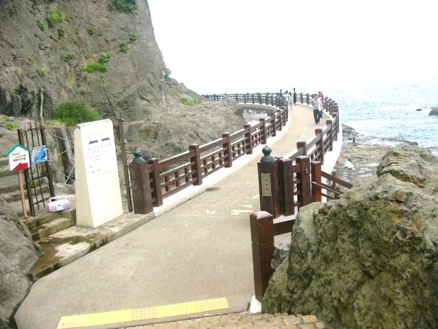 きれいにリニューアルされ歩きやすくなった、岩屋へのアクセス