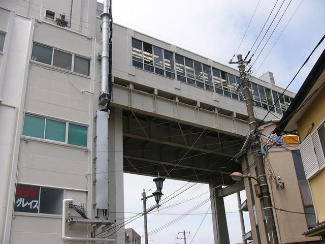 地上5階のホームまでエレベターでいく