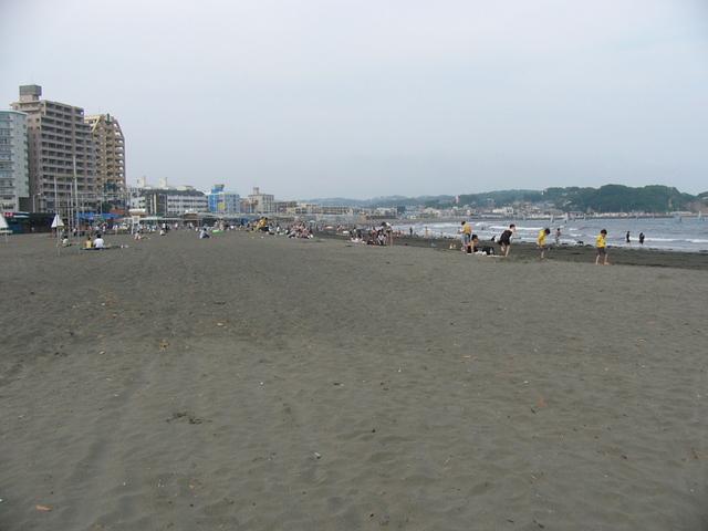 広い砂浜が人でいっぱいになる