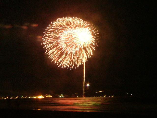 浜辺から見る花火は特等席