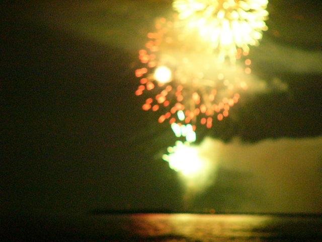 砂浜でみる花火は迫力満点